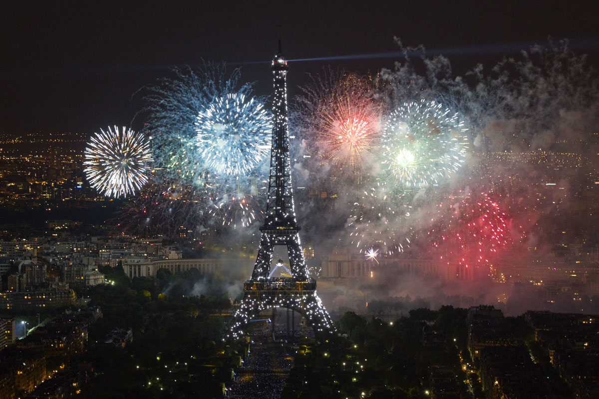 The Eiffel Tower is illuminated during the traditional Bastille Day fireworks display in Paris July 14, 2012. REUTERS/Gonzalo Fuentes (FRANCE - Tags: ANNIVERSARY SOCIETY CITYSPACE TPX IMAGES OF THE DAY) ORG XMIT: GFM405
